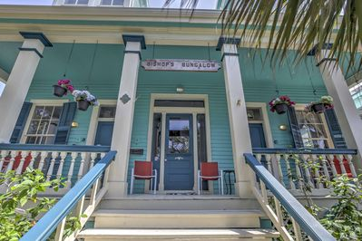 This colorful abode is the perfect apartment in Galveston for 4 guests.