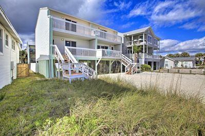 This Fernandina Beach townhouse features 2 bedrooms and 2.5 bathrooms.