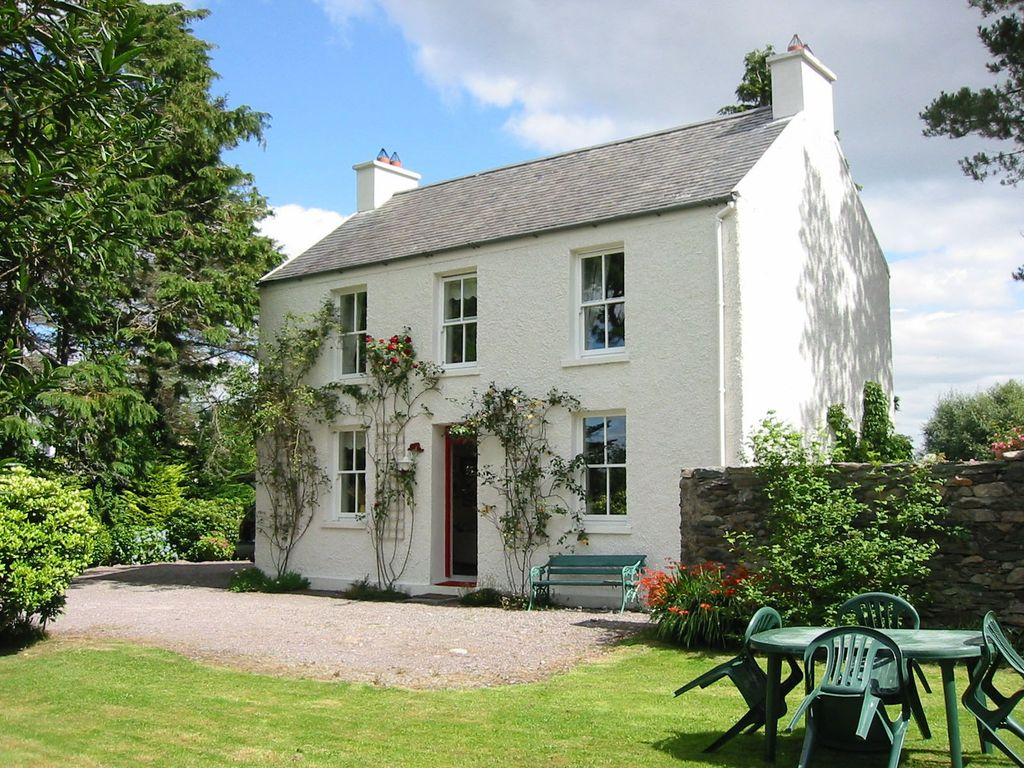 Charming traditional irish cottage in the b homeaway for Irish house plans
