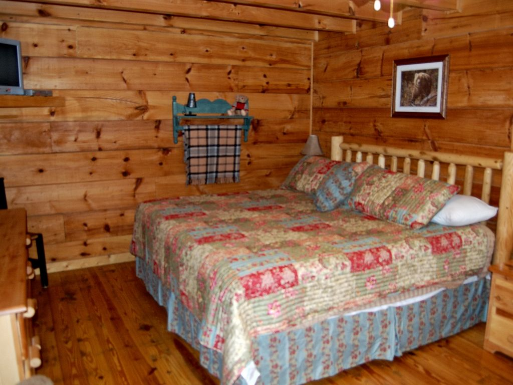2 bedroom log cabin near dollywood sleeps 6 pool table for Log cabin with hot tub one night stay