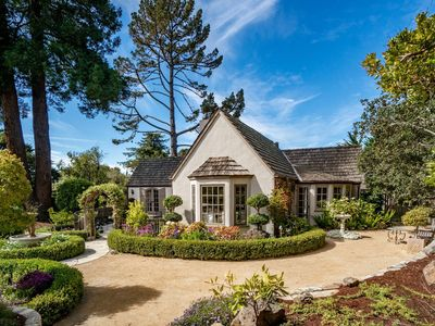 FairyTale Cottage! A Short WalkTo Town, w/large and lovely Private gardens!
