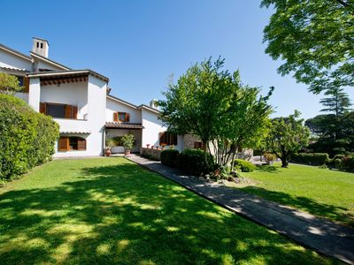 Photo for Private villa close to Certaldo and San Gimignano with pool and large garden.