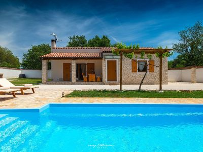 Photo for Charming villa with pool in Medulin