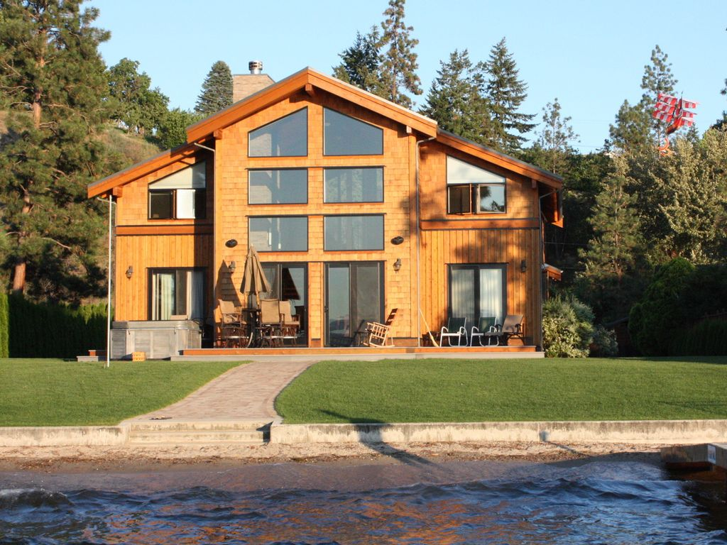 Beautiful lakefront property in naramata b vrbo for Lake front houses