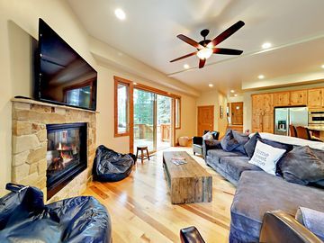 Custom 4BR + Loft w/ Hot Tub & Pool Table - Near Tahoe Keys & Camp Richardson
