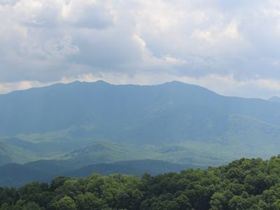 Luxury Gatlinburg Condo & Mountain Views !!