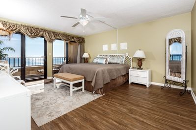 Beach front master suite - Enjoy the relaxing view of the Gulf of Mexico from the spaciousness of the master bedroom.
