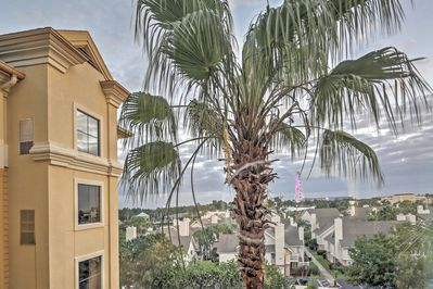 Welcome to this alluring Orlando vacation rental condo, located in a prime location near main attractions!