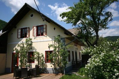 Modernized historical cottage, gorgeous to relax inside & out. min. from Bled