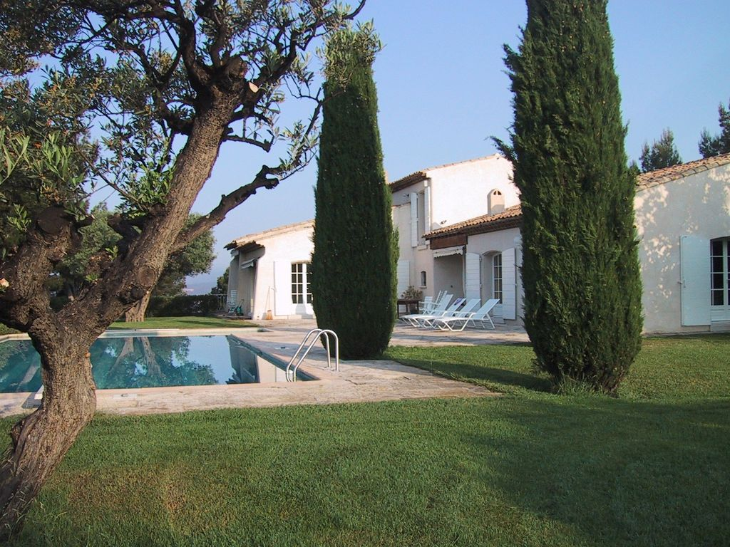 Quiet air-conditioned accommodation, 250 square meters, with pool