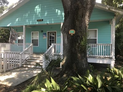 Pet friendly cottage in historical district! 1 block from beach! Walk to town!