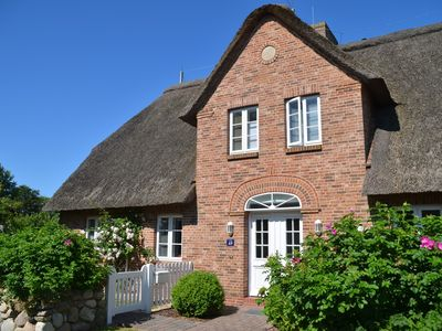 Photo for 4-star thatched cottage with a large garden in the village center of Süderende