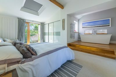 Sybil Cottage: Stylish master suite with balcony overlooking the acre of gardens