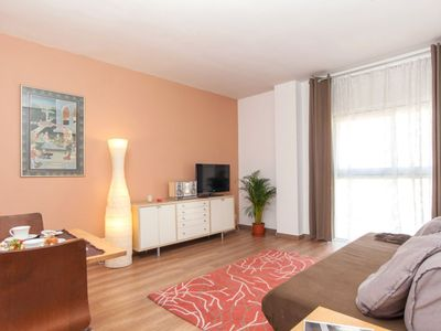 Photo for Tetuan apartment in Eixample Dreta with WiFi, integrated air conditioning (hot / cold) & lift.