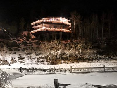 """""""THE ROUNDHOUSE"""" IN TOWN/360° LAKE & MTN VIEWS/2 DECKS/ SLED IN & OUT TO TRAILS"""