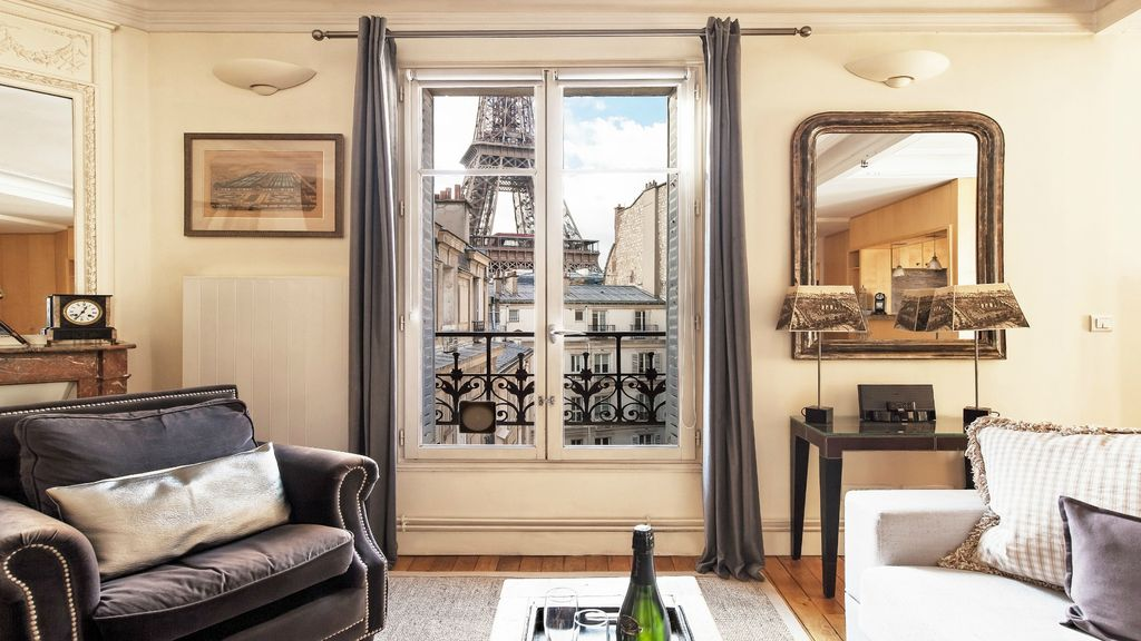 Perfect Fabulous Roomy-Unbeatable Eiffel View-AC-Free Wifi-Ideal Location-Cafes
