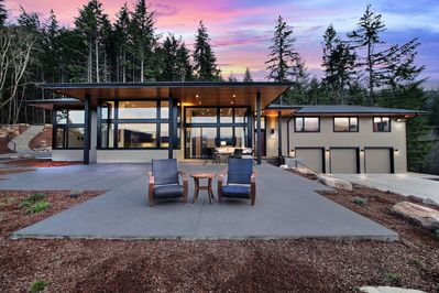 This immaculate 3,600-square-foot home can host 10 guests in White Salmon!