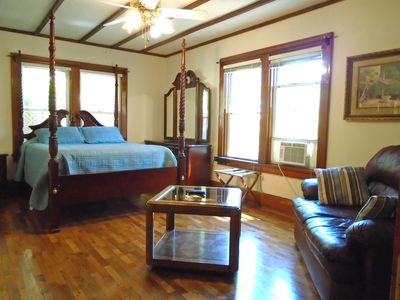 """Room 1: queen pillow top bed, full bath, 40"""" LED TV, Free streaming TV.1st floor"""