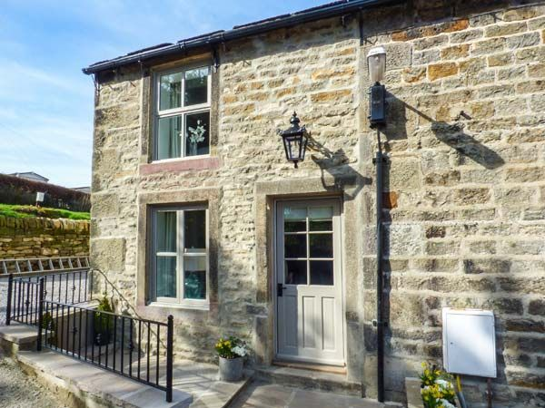 KINGFISHER, pet friendly, with hot tub in Addingham, Ref 950576