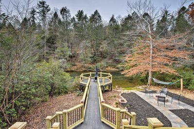 'Blue Loon Lodge' is nestled on the Toccoa River and has room for 6 guests.