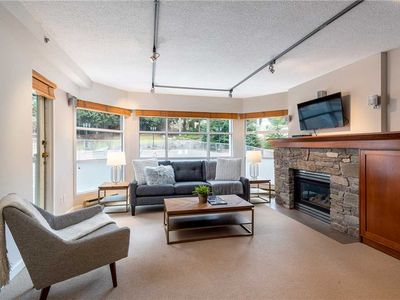 SKI IN/SKI OUT! Recently Renovated & Bright Condo! Pool & Hot Tub!