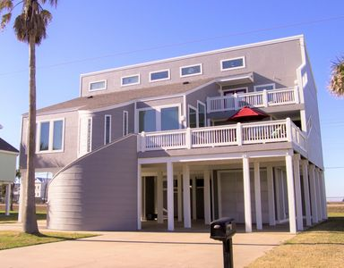 Beautiful 2nd row Beach House w/Elevator, 3100 SF, Sleeps 14, 4 Bedrooms