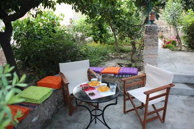 Garden, dining area, coffee table, lounge chairs, barbecue.