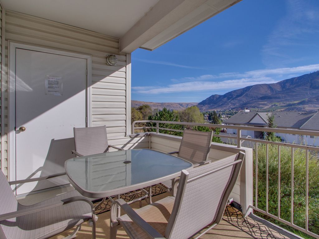 Walk to town, relax in your shared pool & hot tub, & more!, Chelan ...