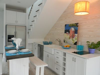 open plan living - casual breakfast area and kitchen