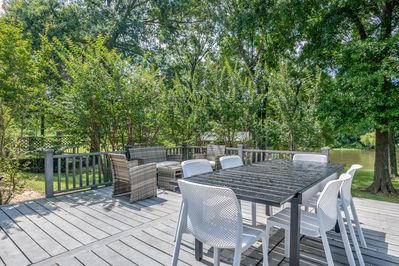 Deck eating and sitting area