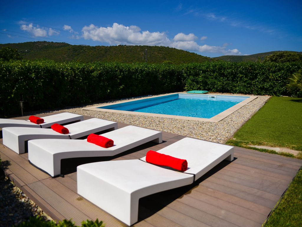 Villa contemporaine avec piscine et jardin prive oletta for Piscine design jardin