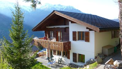 Ground floor chalet with sunny patio and spectacular view of the Swiss alps