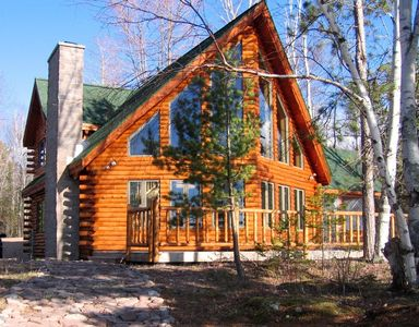 Stunning Views From Beautiful Log Home On The Shore Of Lake Superior.