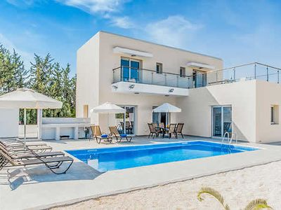Photo for Spacious villa with comfy rooms, a private pool and Wi-Fi, close to resort