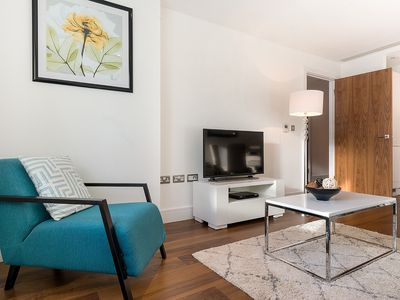 Photo for Spacious Lincoln Plaza 1B apartment in Tower Hamlets with WiFi & lift.