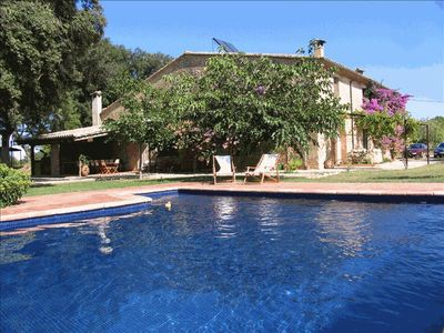 Relax by the pool. 1 hr from Barcelona. 20 mins from the beach. Great for kids.