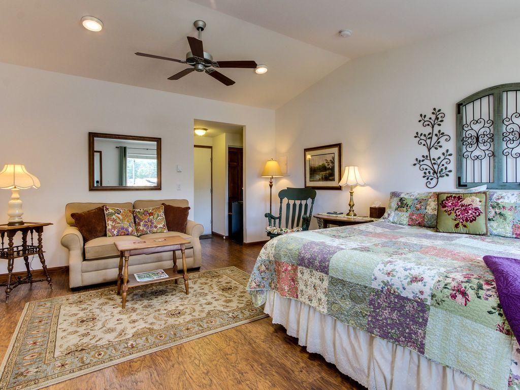 Cozy garden themed suite with oceanfront views bring your for Home landscape design suite 8 0 link