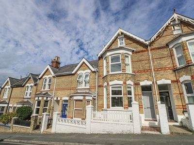 Photo for DANDELION COTTAGE, pet friendly, with a garden in Cowes, Ref 986658