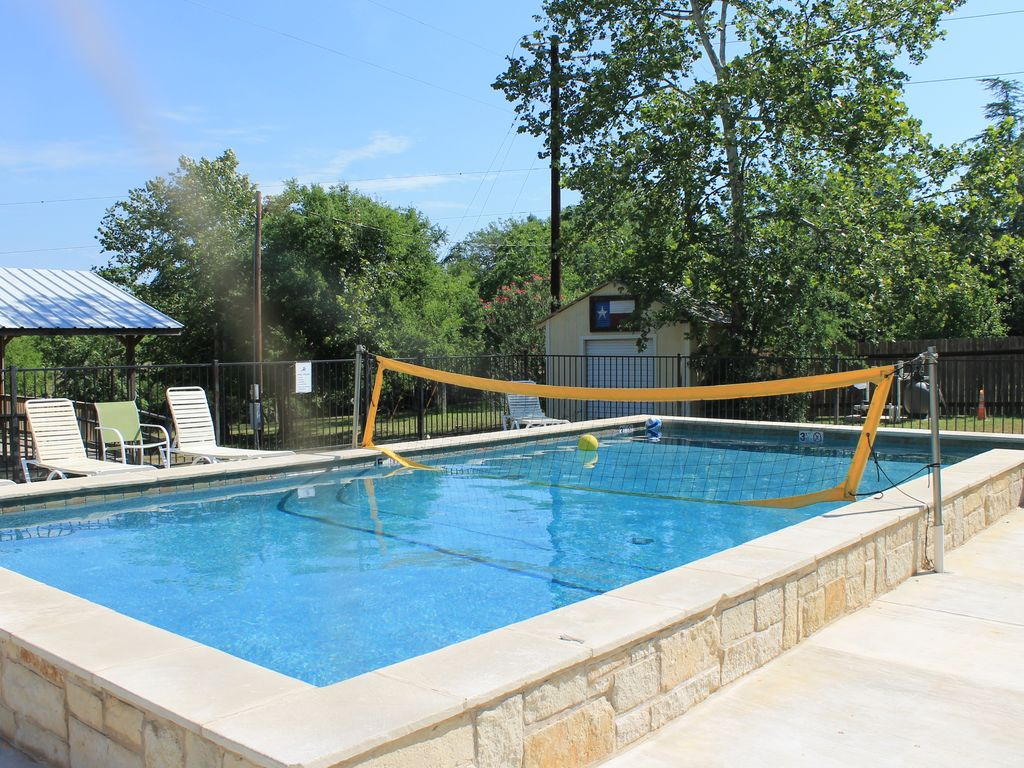 337 River House & Bunk House - Riverfront! Volleyball Pool! - Leakey