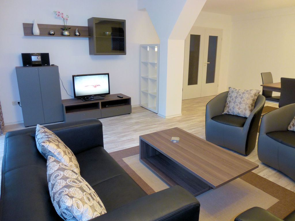 Large modern apartment for 6 people with garden next to - Decoration interieur salon moderne ...