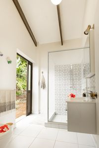 Modern bathroom with shower, toilet and vanity.
