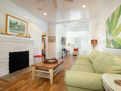 Charming Cottage, 1 Block to the Beach on Private Lane
