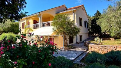 Photo for Villa with own walled garden in quiet road close to sea, cafes and shops.