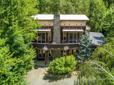 Photo for Gorgeous mountain retreat close to town!