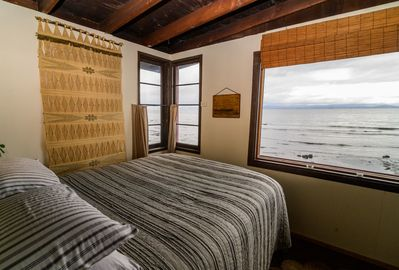 Queen bed over looking the waves