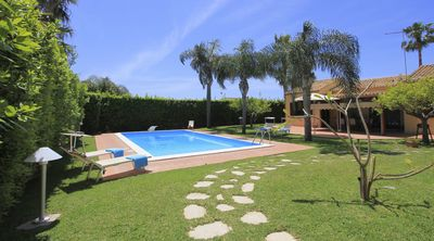 Photo for Villa Sophia - wi-fi, sea at 500m, swimming pool with trampoline, BBQ.