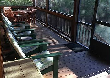 Relax on the back screen porch with a amazing view of the lower toccoa river.
