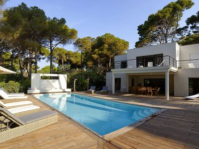 Photo for Hyeres. Contemporary villa with heated pool 50m from the beach, sea view