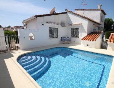 Photo for Neat house with private pool for 6-8 people, at only 300 metres from the beach