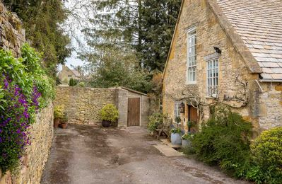 Welcome to Courtyard House in the lovely Cotswold village of Blockley